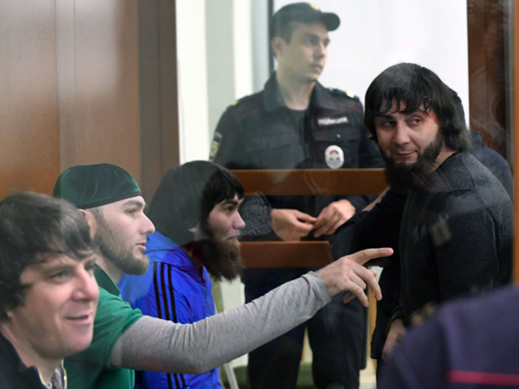 Zaur Dadayev (R) se tient avec son coaccusé