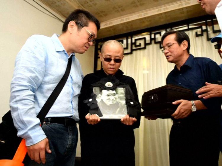 L'épouse de Liu Xiaobo Liu Xia tient une photo de son défunt mari