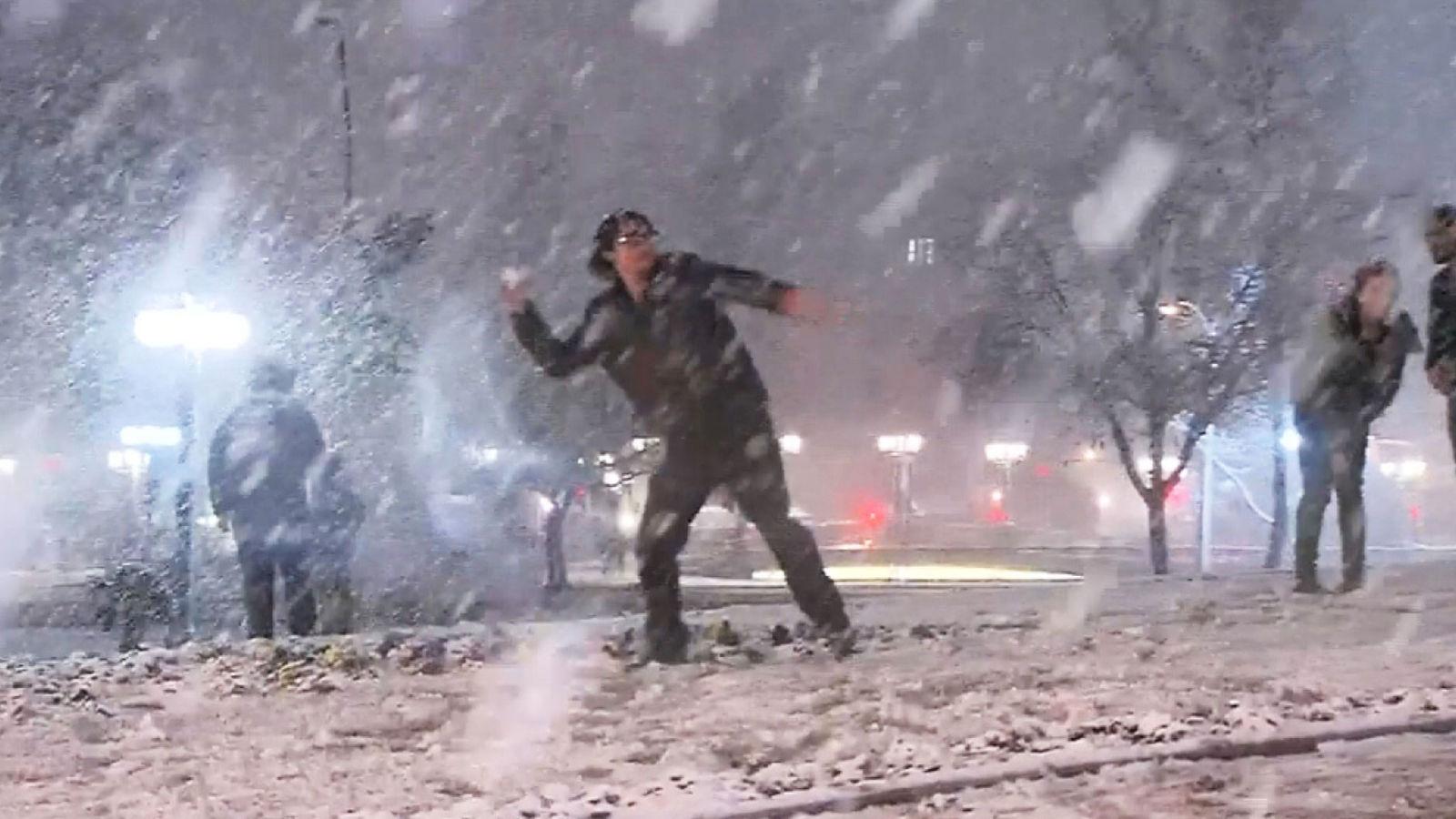 Chili: les résidents de Santiago viennent jouer comme capitale rare des couvertures de neige. Pic prise de RTV
