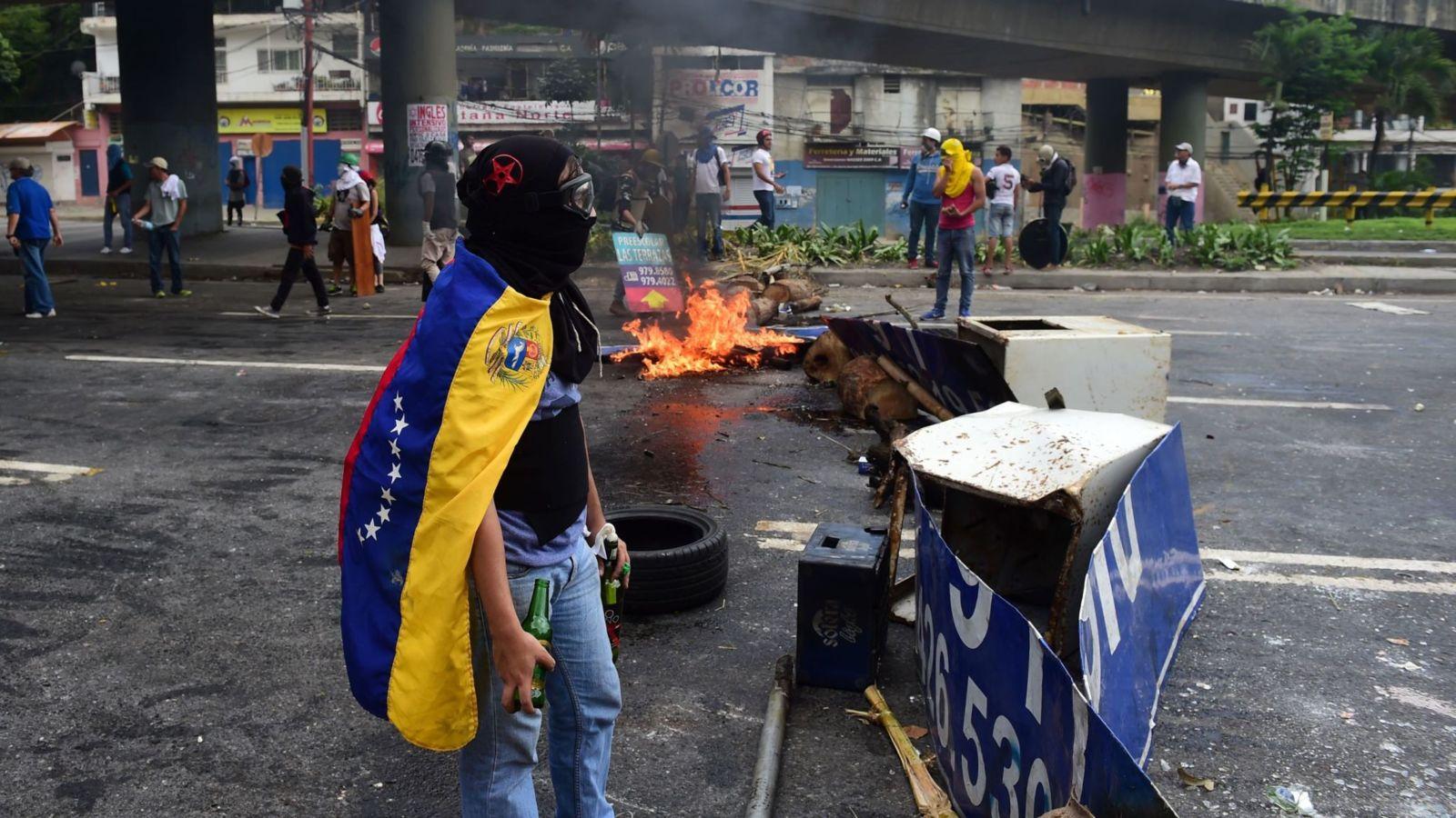 Les activistes anti-gouvernement créent des barricades