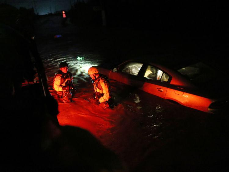 Une équipe de secours de l'agence locale de gestion des urgences inspecte les zones inondées après le passage de l'ouragan Irma le 6 septembre 2017 à Fajardo, Puerto Rico