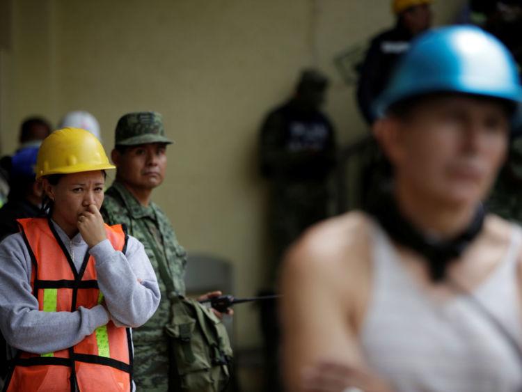 Des secouristes ont été informés qu'une fille a été piégé sous les décombres de l'école - mais ce n'était pas vrai