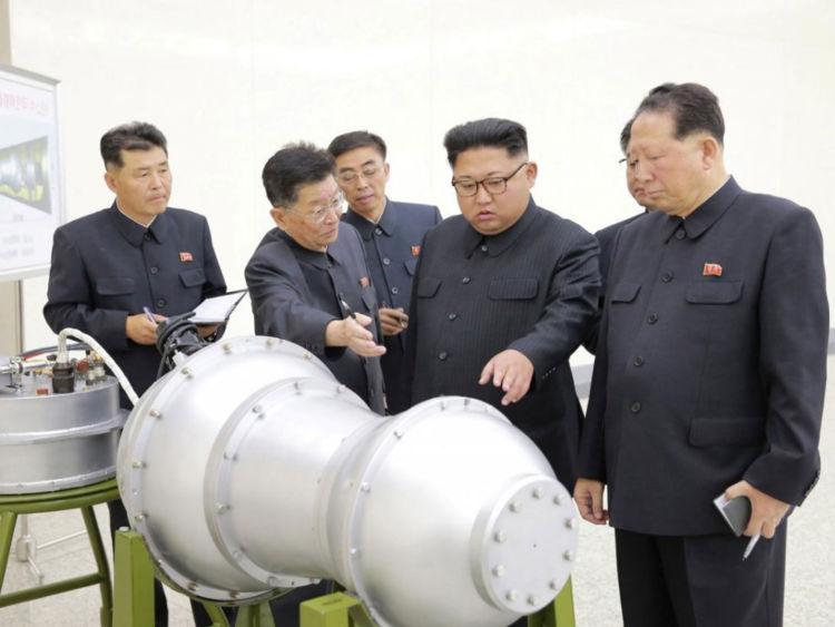 L'agence de presse centrale coréenne de Corée du Nord a publié cette photo de Kim Jong Un inspectant l'appareil