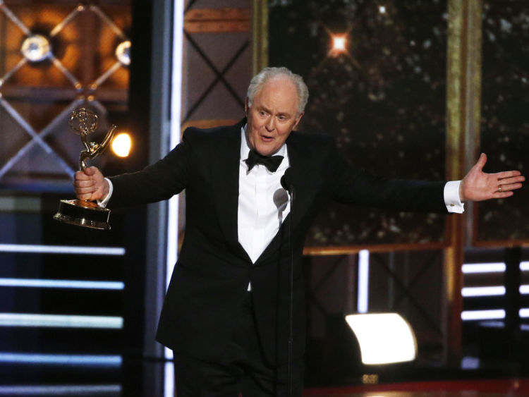 John Lithgow accepte le prix pour l'acteur de soutien exceptionnel dans une série dramatique pour son rôle dans The Crown