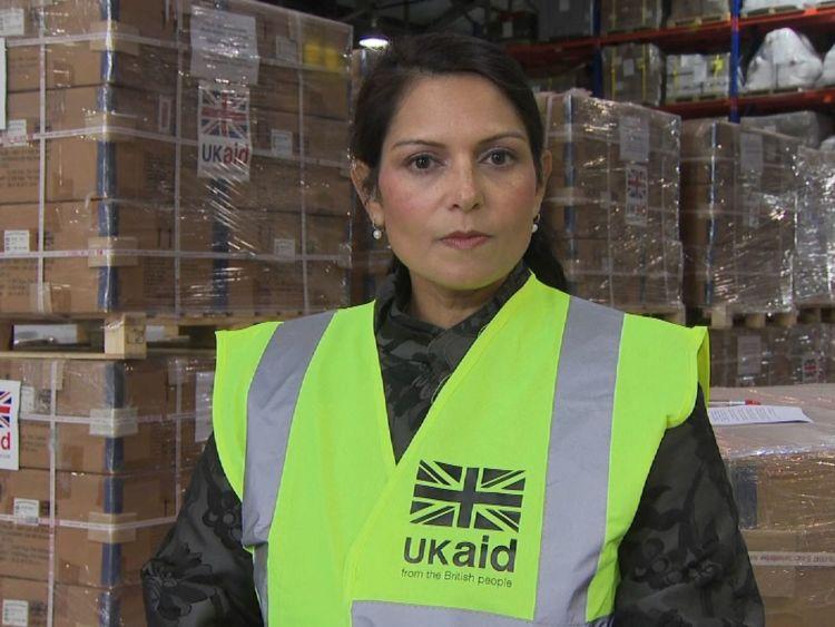 Secrétaire de développement international Priti Patel dans le Centre de réponse aux catastrophes du DFID à Kemble.