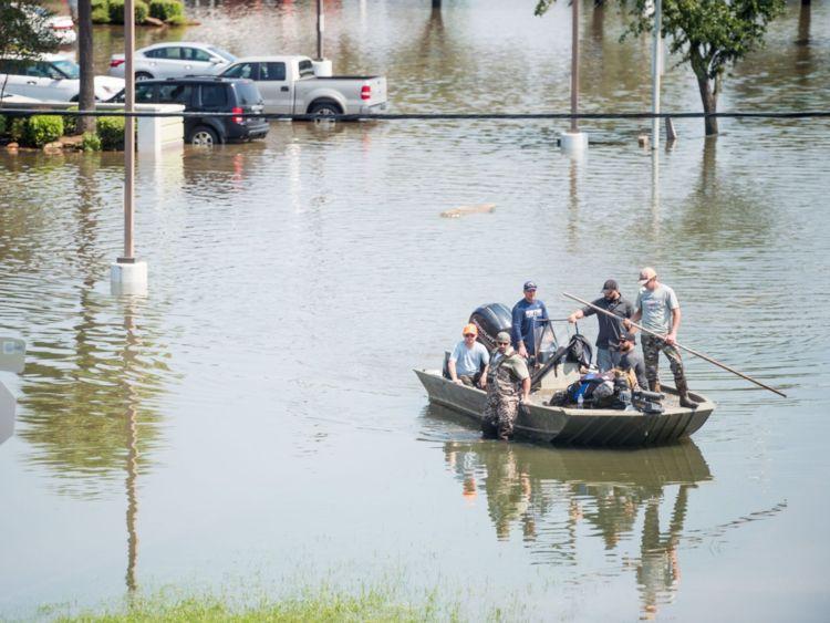 Les équipages de secours aident les victimes des inondations Harvey