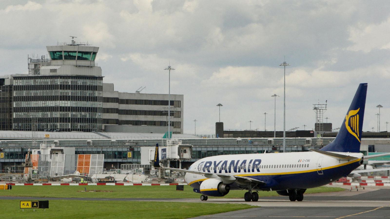 Un vol de Ryanair atterrit à l'aéroport de Manchester. Image du fichier