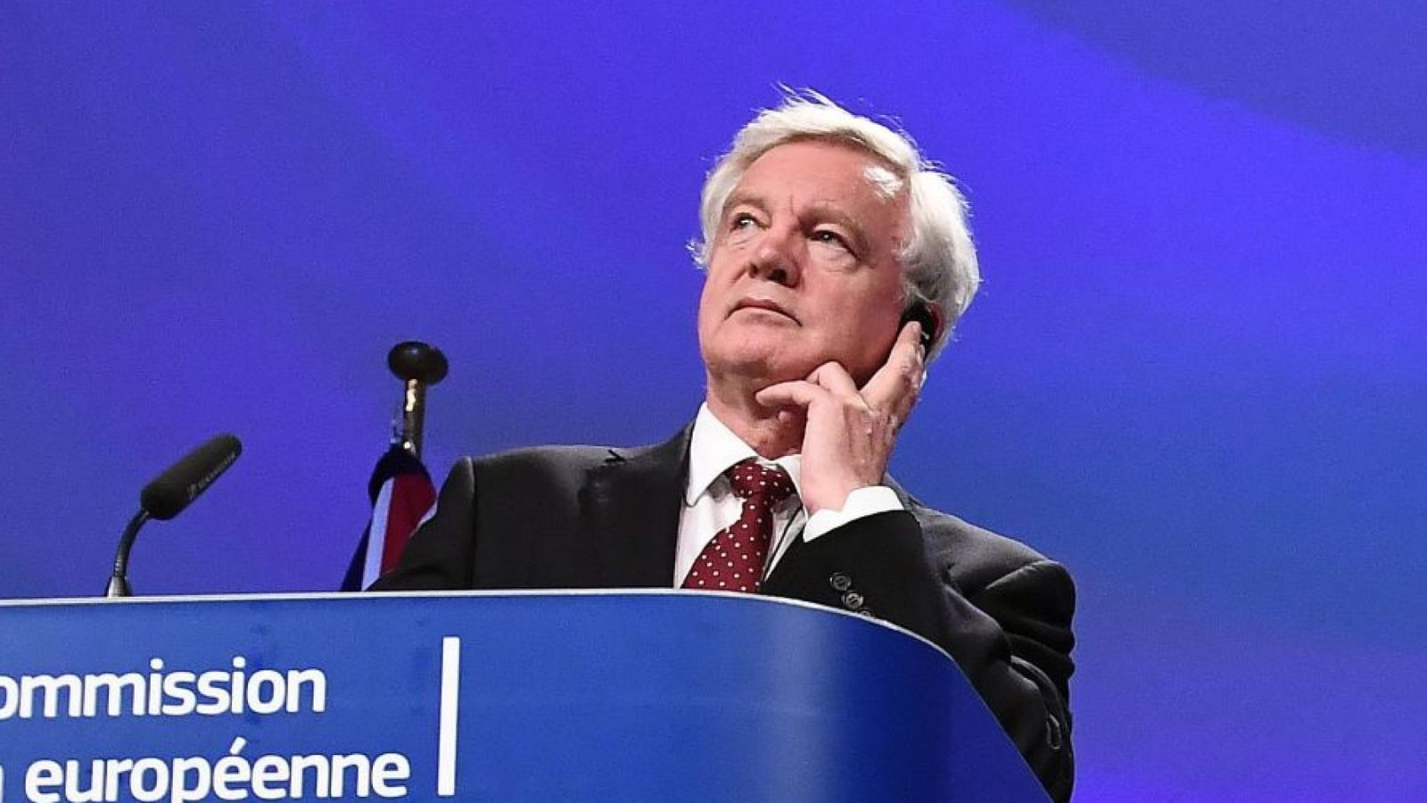 Le secrétaire Brexit David Davis et le négociateur en chef de l'UE Michel Barnier