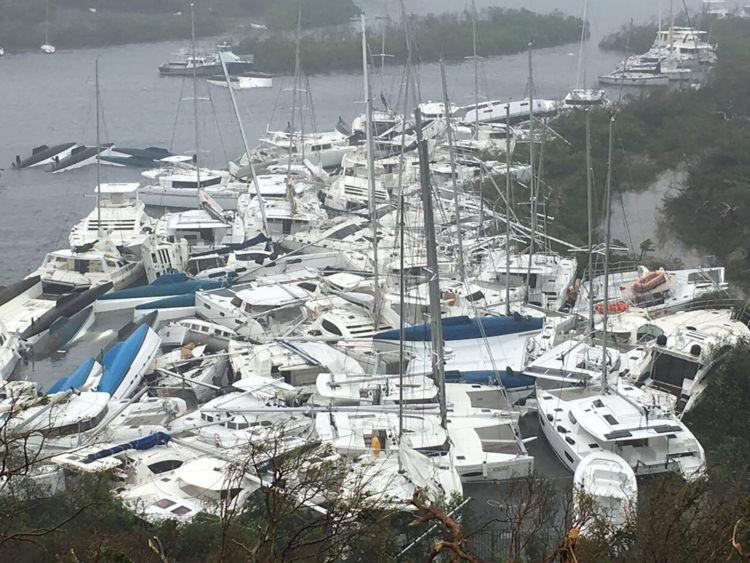 Les bateaux sont entassés contre le rivage dans la baie de Paraquita alors que l'oeil de l'ouragan Irma passait à Tortola, îles Vierges britanniques
