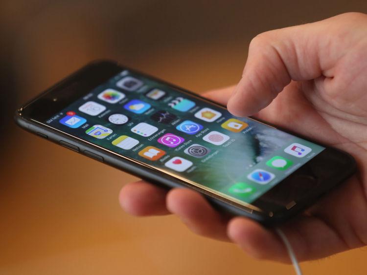 Un visiteur tente un Apple iPhone 7 le premier jour de vente