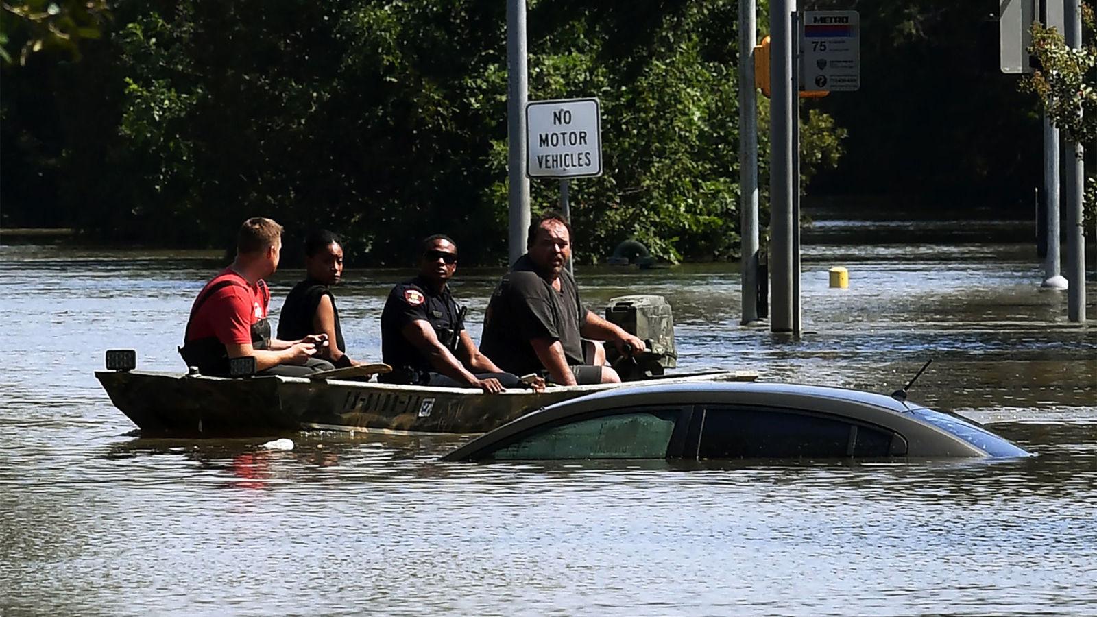 Les équipes de sauvetage traversent chaque quartier