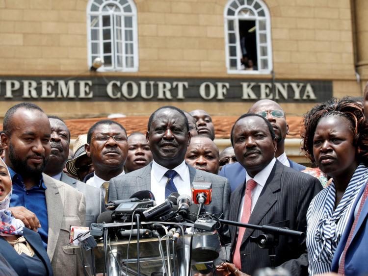 """Le leader de l'opposition, Raila Odinga (au centre), l'a qualifié de """"règlement de précédent"""""""