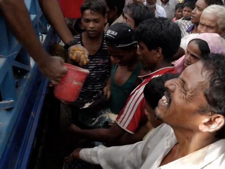 Les gens brouillent pour peu de nourriture après avoir parcouru des miles