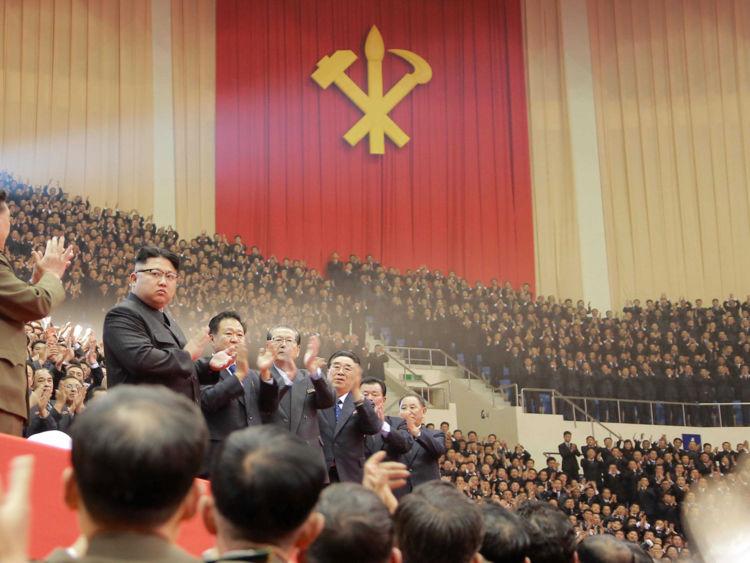 Le dirigeant nord-coréen Kim Jong Un assiste à une représentation organisée pour les participants à la réunion du parti au pouvoir dans cette image non datée fournie le 29 décembre 2016