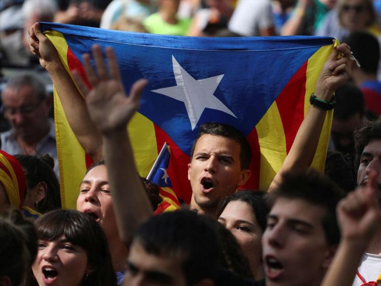 Les manifestants crient des slogans et vivent Esteladas (drapeaux séparatistes catalans) lorsqu'ils se rassemblent devant la Haute Cour de justice de Catalogne à Barcelone