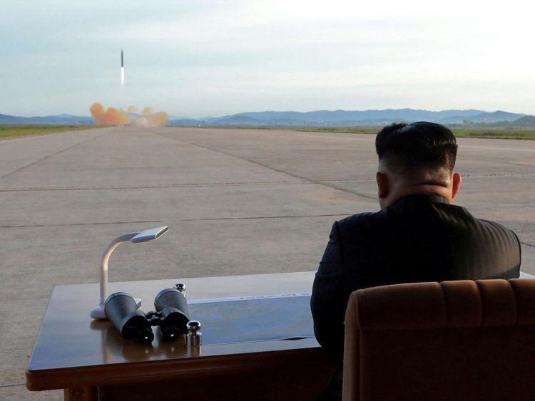 Kim Jong Un surveille le lancement d'un missile Hwasong-12