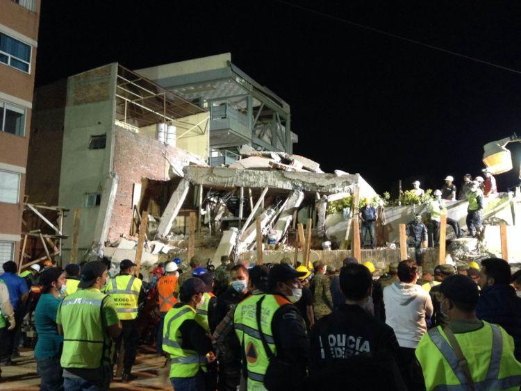 Les équipes de sauvetage recherchent des personnes piégées dans les décombres de l'école primaire Enrique Rebsamen
