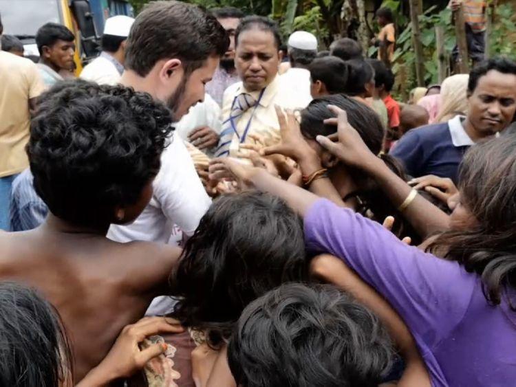 L'aide humanitaire délivre de la nourriture à Rohingyas