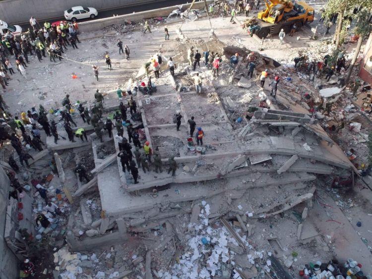 Les secouristes recherchent des survivants dans un immeuble à plusieurs étages aplati par un puissant séisme à Mexico le 19 septembre 2017