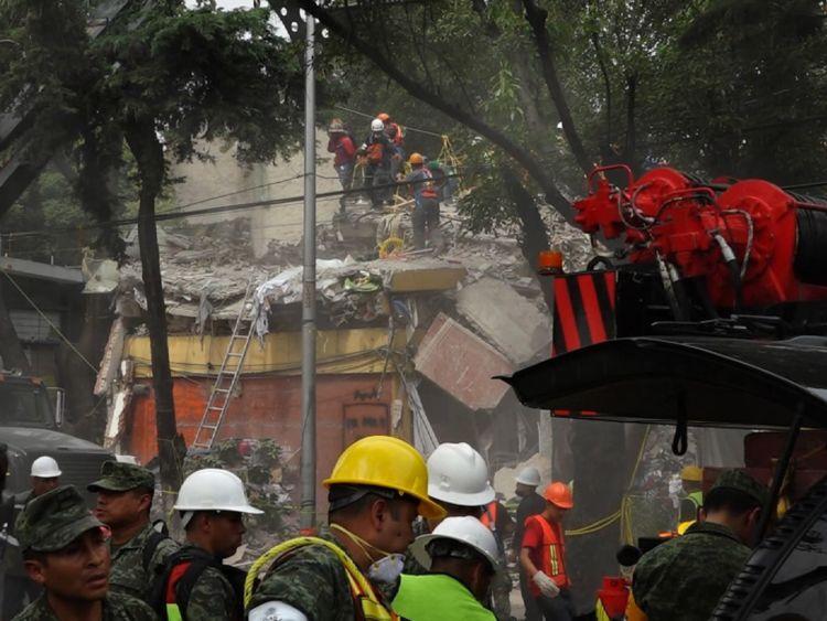 La scène de ce bloc d'appartements effondré est rejoué dans la ville de Mexico
