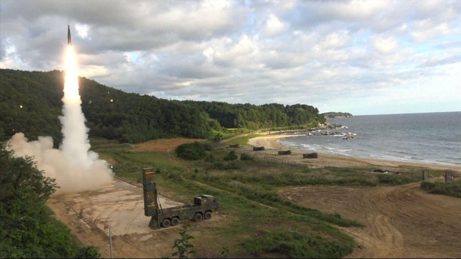 La Corée du Sud lance des missiles en réponse à la Corée du Nord tirant l'un sur le Japon.