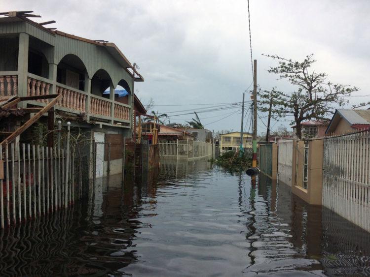 Une rue inondée est vue dans le quartier de Juana Matos dans la municipalité de Catano, Puerto Rico