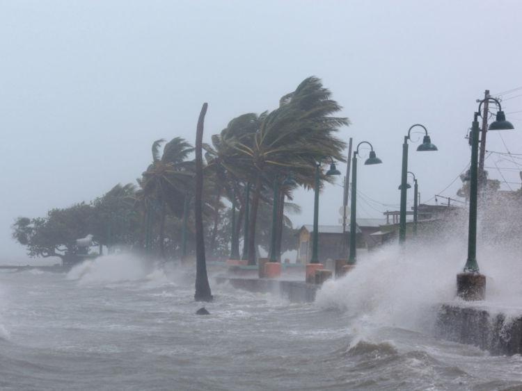 Les vagues s'écrasent contre la digue tandis que l'ouragan Irma a battu les îles dans les Caraïbes du nord mercredi, à Fajardo, à Porto Rico le 6 septembre 2017