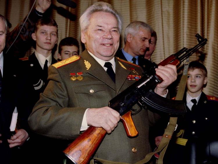 Mikhail Kalashnikov, représenté en 1997, tient en haut un AK-47