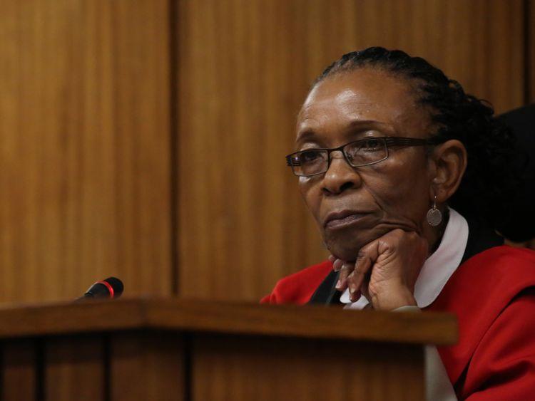 PRETORIA, AFRIQUE DU SUD - 15 JUIN: Le juge Thokozile Masipa examine le troisième jour de l'audition de Oscar Pistorius à la Haute Cour de Pretoria le