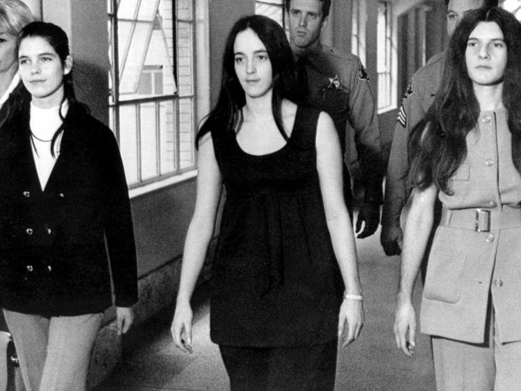 Louise Van Houten, (L), avec les autres membres du culte Manson, Patricia Krenwinkle (R) et Susan Atkins (C)