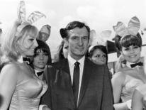 Hefner arrive à l'aéroport de Londres en juin 1966