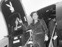 Hefner arrive à l'aéroport d'Heathrow en août 1971