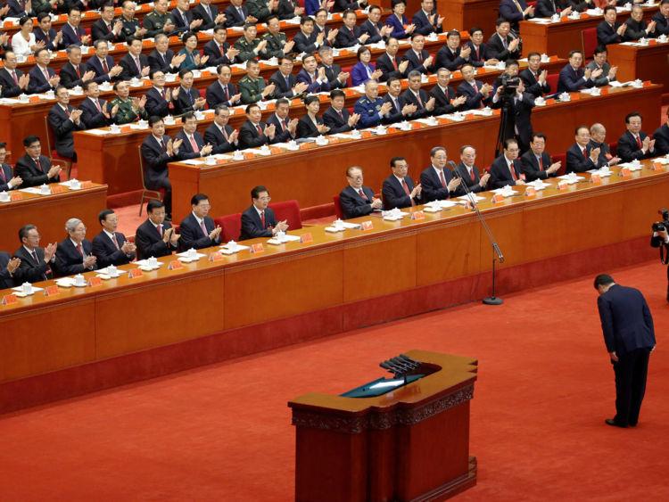Le président chinois Xi Jinping s'incline avant de prononcer son discours