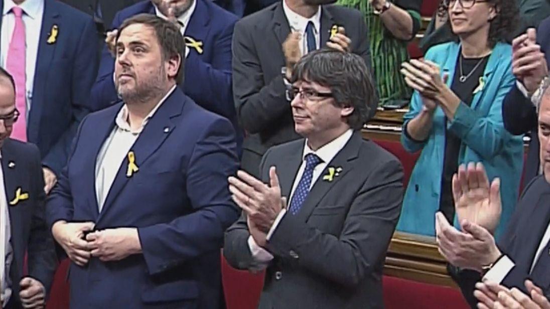 Des applaudissements éclatent à travers le parlement catalan après avoir voté en faveur de la déclaration d'indépendance