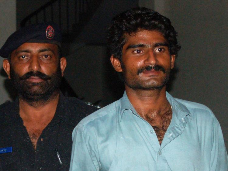Le frère de Qandeel Baloch, Waseem, est escorté par la police