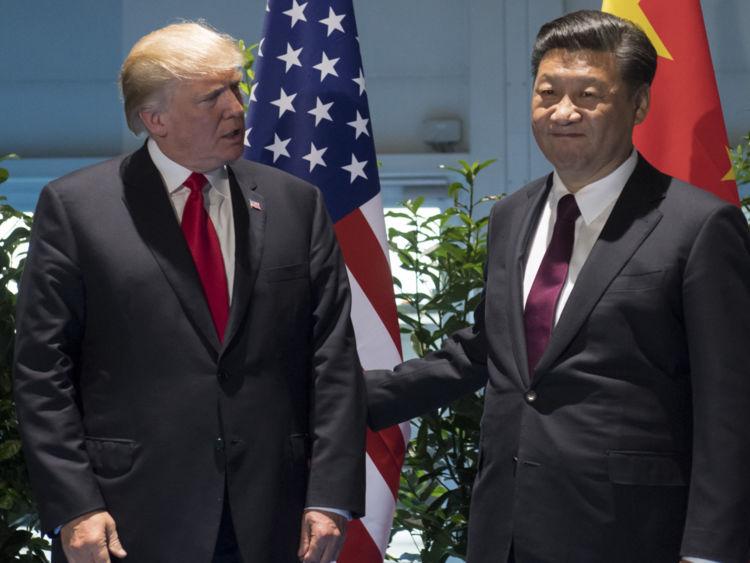 Le président américain Donald Trump et le président chinois Xi Jinping (R) posent avant une réunion en marge du sommet du G20