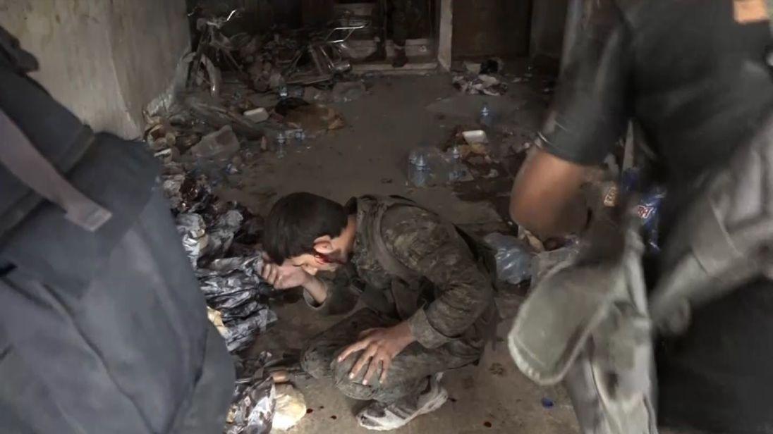 Un soldat revient blessé, le sang coulant sur son visage