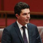 """CANBERRA, AUSTRALIE - JUILLET 07: Le sénateur Scott Ludlam parle de sa nomination à la présidence du Sénat le 7 juillet 2014 à Canberra, en Australie. Douze sénateurs seront assermentés aujourd'hui, avec l'abrogation de la taxe sur le carbone qui devrait être la première à l'ordre du jour. (Photo par Stefan Postles / Getty Images) """"class ="""" sdc-article-image-grille__image"""