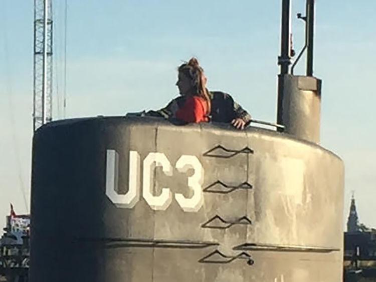 Cette photo montre la journaliste suédoise Kim Wall debout dans la tour du sous-marin privé UC3 Nautilus & # 39 ; le 10 août 2017 dans le port de Copenhague