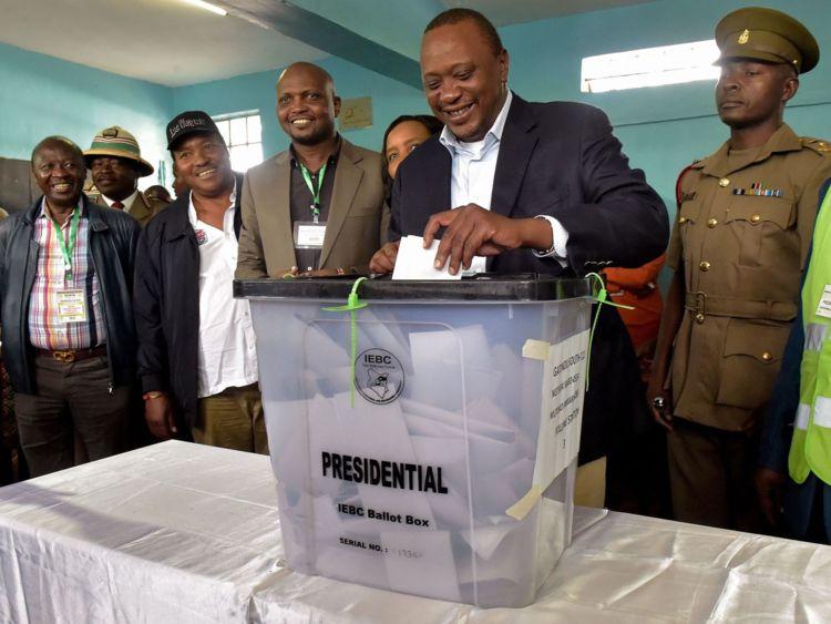 Le président du Kenya, Uhuru Kenyatta, dépose son bulletin de vote
