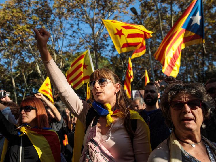 Des partisans de l'indépendance se rassemblent devant le parlement de Catalogne à Barcelone