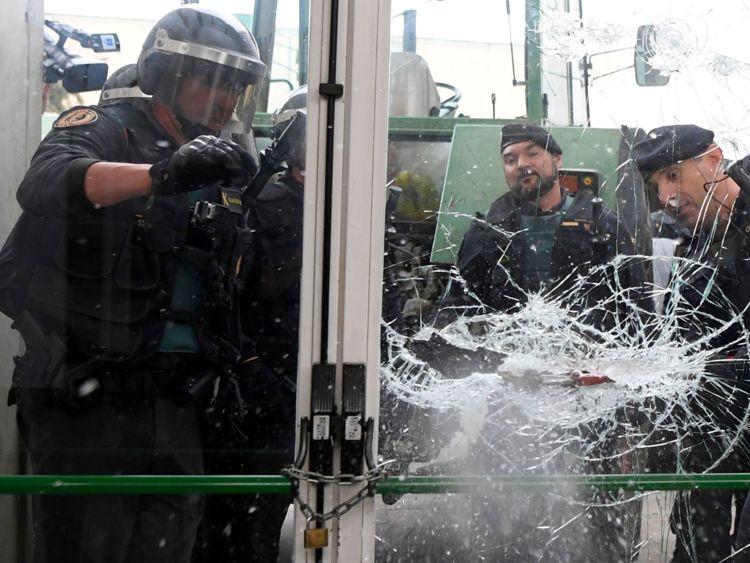 La police s'est écrasée dans un bureau de scrutin près de Gérone