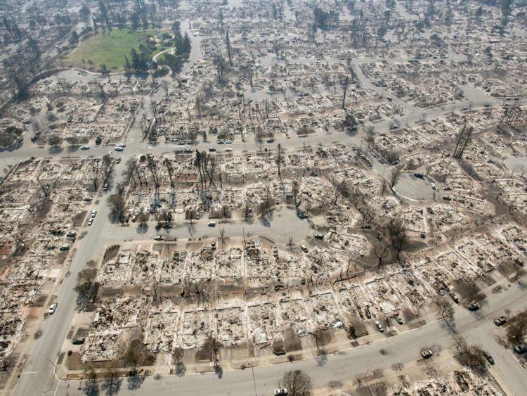 Une vue aérienne montre des propriétés brûlées à Santa Rosa, en Californie, le 12 octobre 2017