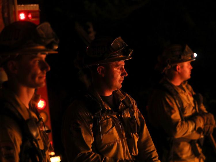 Les pompiers de CalFire surveillent une opération de tir alors qu'ils combattent le feu de Tubbs le 12 octobre 2017 près de Calistoga, en Californie