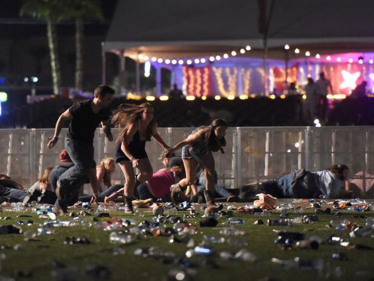 Les gens courent à partir du festival de musique de campagne Route 91 Harvest après l'incendie d'armes