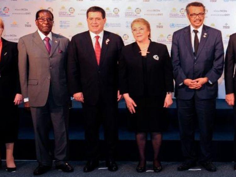 M. Mugabe (à g.) Et M. Tedros Adhanom Ghebreyesus (à droite)