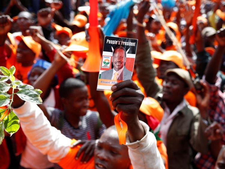 Un défenseur de l'opposition dresse un portrait du leader de l'opposition Raila Odinga lors d'un rassemblement à Nairobi.
