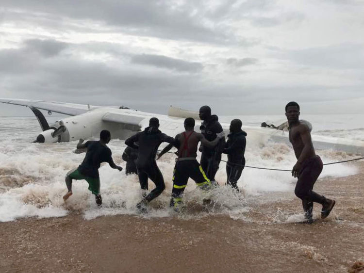 Les gens aident avec une opération de récupération pour descendre un avion de l'océan en Côte d'Ivoire