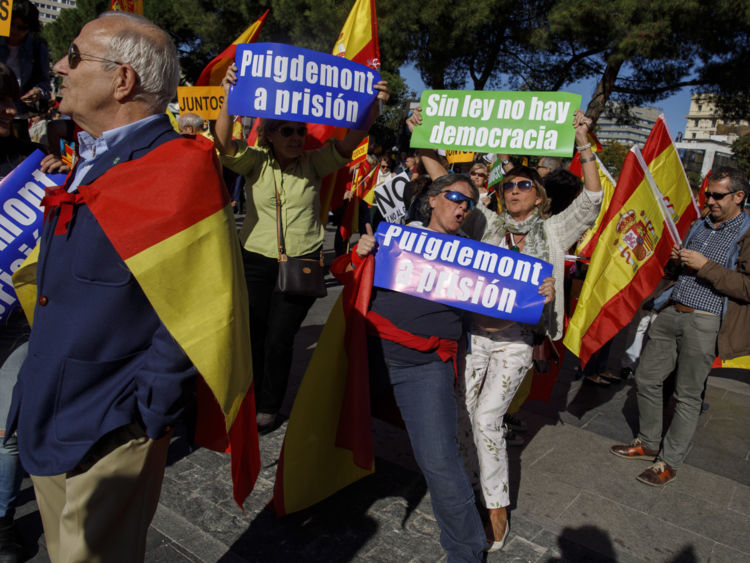 Démonstrateurs & # 39; Des pancartes lisent «Puigdemont à la prison» (L) et & # 39; Pas de loi, pas de démocratie & # 39; (R)