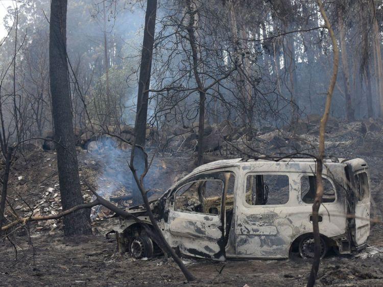 L'épave d'un fourgon brûlé où deux personnes sont mortes piégées par des flammes à Chandebrito, dans le nord-ouest de l'Espagne